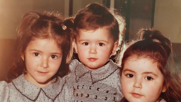 Susana Serrano, de niña junto a sus hermanas Silvia (izquierda) y Rut (derecha)