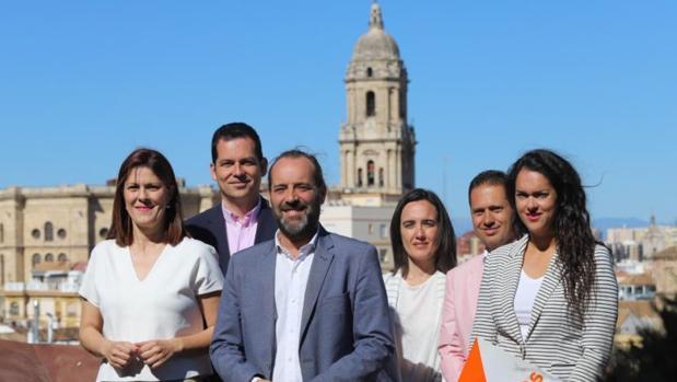 El candidato a la alcaldía en Málaga por Cs, Juan Cassá, (3º izq.), junto a compañeros del partido