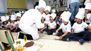 Adolfo Muñoz cocina para los niños del colegio Santiago el Mayor