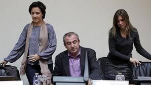 El PSOE ya tacha de «tránsfuga» al diputado díscolo Manuel Martínez