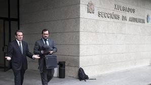 Caballero acompañado de su abogado, este jueves, a la salida de los juzgados de Vigo