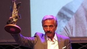 Imanol Arias dedica a su novia el premio «Toledo de cine» del Festival Cibra