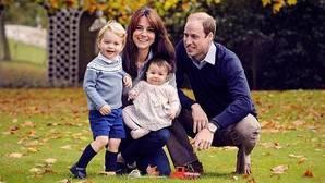 El Príncipe Guillermo y Kate Middleton eligen moda «made in Valencia» para su felicitación de Navidad