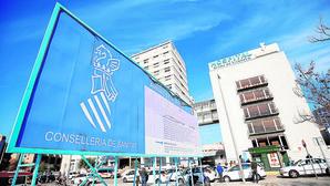 Montón sitúa a candidatos de Compromís y Podemos en la cúpula de dos hospitales