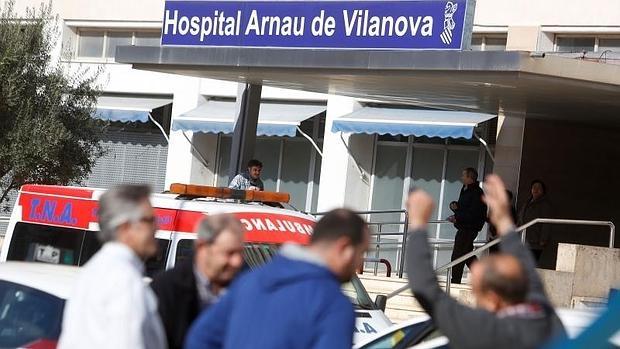 Puerta de acceso al hospital Arnau de Vilanova, en Valencia