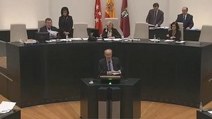 Un concejal del PP saca los colores a Manuela Carmena con la Ley de Memoria Histórica