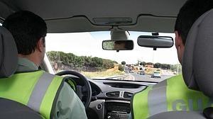 Besar al copiloto, hacer una «peineta» al conductor y otras multas de tráfico raras