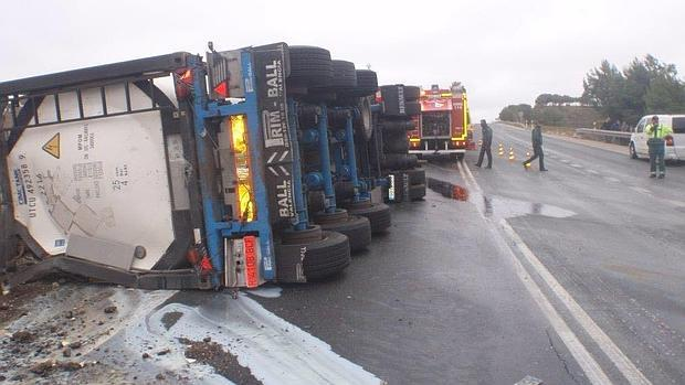 El camión ha obligado a cortar el tráfico de la N-III en Minglanilla