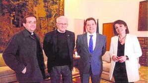 Vilalobos y Page, en el centro, junto a la consejera de Educación, en un encuentro ell lunes 15 en el Palacio de Fuensalida
