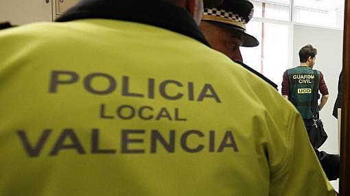 Imagen del registro de la Guardia Civil en el despacho del PP en el Ayuntamiento