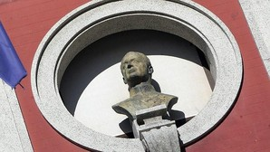 Ferrol rectifica y mantendrá el busto de Don Juan Carlos en la fachada del Ayuntamiento
