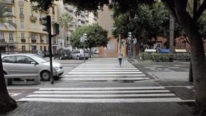 Valencia pinta pasos de peatones en el carril bici