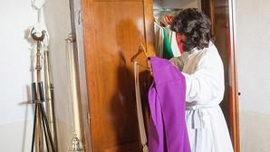 Teofilo Nieto se reviste en la sacristía de uno de sus pueblos