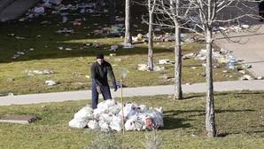 La Universidad de León limpiará la basura del macro-botellón y quiere impedir fiestas que dejen desperdicios