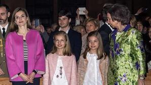 Doña Letizia elige una camisa de rayas negras y blancas y chaqueta rosa; la princesa Leonor y la Infanta Sofía, pantalón, chaqueta fina rosada y camisa blanca