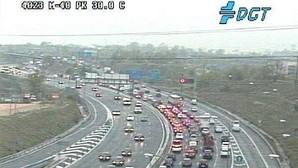 La lluvia provoca atascos kilométricos y tráfico lento en plena hora punta