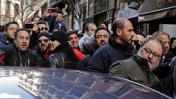 El concejal de Seguridad y Emergencias, Javier Barbero, se mete en un coche durante la manifestación de la Policía Municipa