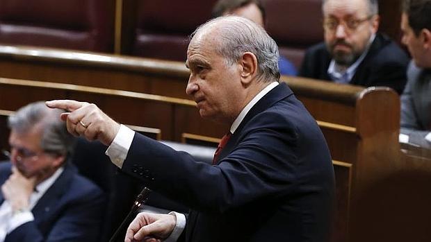 El ministro de interior y cinco altos cargos plantan al for Ministro del interior espana 2016