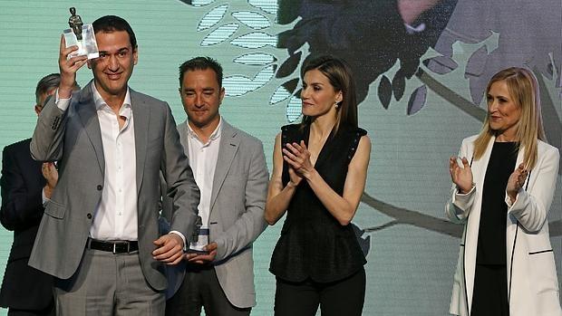 La Reina acompañada por la presidenta de la Comunidad de Madrid, Cristina Cifuentes, entrega el Premio Barco de Vapor a Roberto Santiago en la Real Casa de Correos