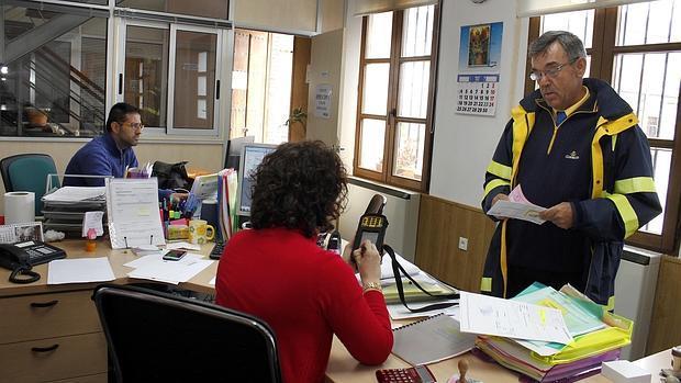 Juan entrega una carta certificada en el Ayuntamiento de Mascaraque