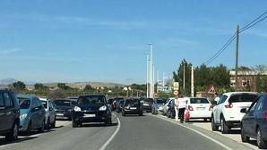 Alertan del peligro de atropellos en un colegio de Elche junto a una carretera