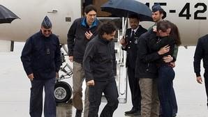 Antonio Pampliega, José Manuel López y Ángel Sastre a su llegada a la base de Torrejón donde han sido recibidos por la vicepresidenta del Gobierno en funciones