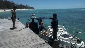 Un equipo de buceadores busca el barco con los españoles que se hundió en Malasia