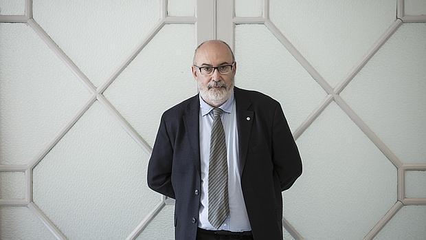 El conseller Manuel Alcaraz, momentos previos a la entrevista con ABC