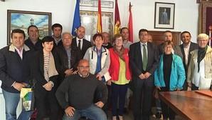 Javier Nicolás y David Gómez, con los alcaldes de la comarca de la Sierra de San Vicente