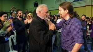 Pablo Iglesias y Julio Anguita se saludan tras un acto de precampaña de Podemos en Córdoba