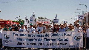 Más de 3.000 personas y 300 tractores protestan contra las tierras raras en Ciudad Real