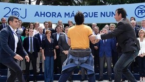 Un joven interrumpe un acto de Rajoy al grito de «sois la mafia»
