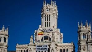 Un grupo neonazi coloca en el Ayuntamiento una pancarta con el lema «Españoles Welcome»