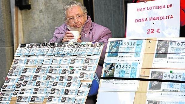 Una lotera, en la Puerta del Sol vende décimos de Navidad