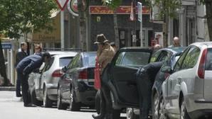 Los «taxis de la droga» llenan de toxicómanos y suciedad el barrio de Embajadores