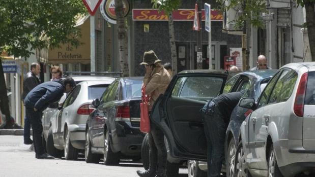 Conductores preparados para iniciar el viaje hacia la Cañada Real, aparcados en la calle Embajadores