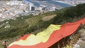Detenido en Gibraltar el presidente de VOX Madrid por desplegar una bandera española