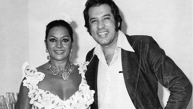 Lola Flores con el poeta cubano Roberto Cazorla, en 1974, antes del espectáculo en Florida Park