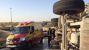 Vuelca un camión en Valdemingómez y los bomberos emplean una hora para rescatar al conductor