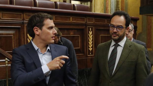 Albert Rivera conversa con Antonio Hernando en el Congreso de los Diputados
