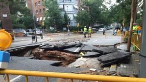 El reventón en una tubería causa un socavón de 3 metros en Barcelona