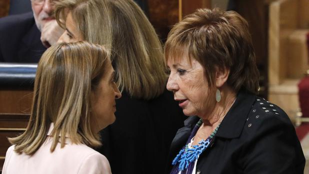 Ana Pastor conversa con Celia Villalobos durante la sesión constitutiva de las Cortes Generales