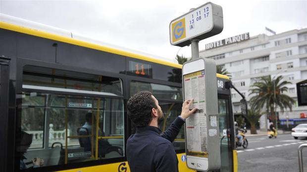 Un usuario descifra su ruta en guagua en San Telmo, ciudad de Las Palmas