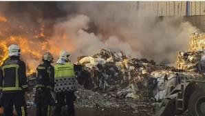 Espectacular incendio de una nave de reciclaje en Arganda del Rey