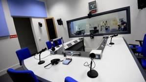 ABC entra en el estudio de radio de Carmena