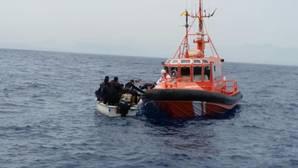 Rescatan a 10 inmigrantes de una patera a la deriva en Alicante y buscan a otros 12