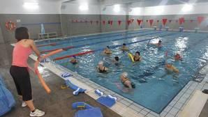 Un grupo de mujeres sigue unas instrucciones de una monitora en una actividad en la piscina