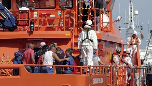 La embarcación Guardamar Polimnia desembarca en el puerto de Almería a los doce inmigrantes de origen magrebí