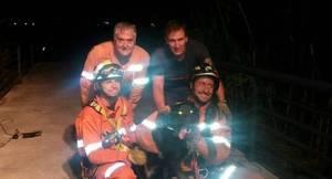 Los bomberos rescatan ileso a un perro que cayó a un pozo de diez metros en Gandía