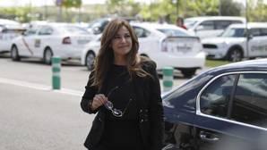 Mariló Montero se autodenuncia por no llevar casco con su motocicleta en Sanlucar de Barrameda
